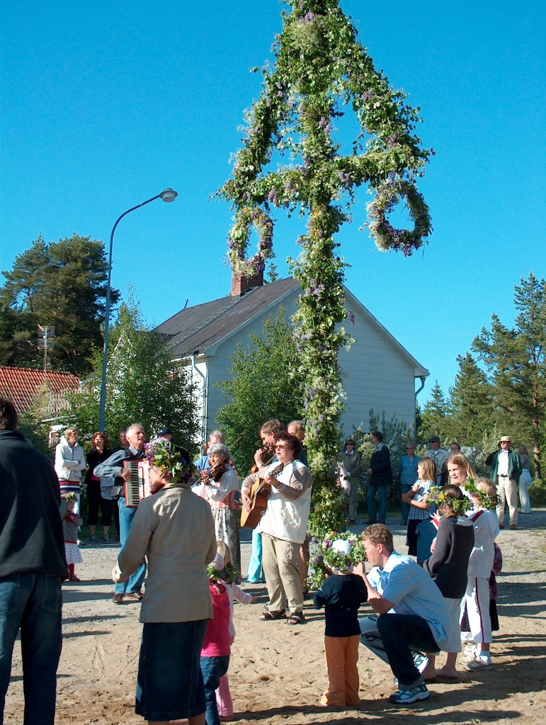 Families dancing around the Maypole / majstång